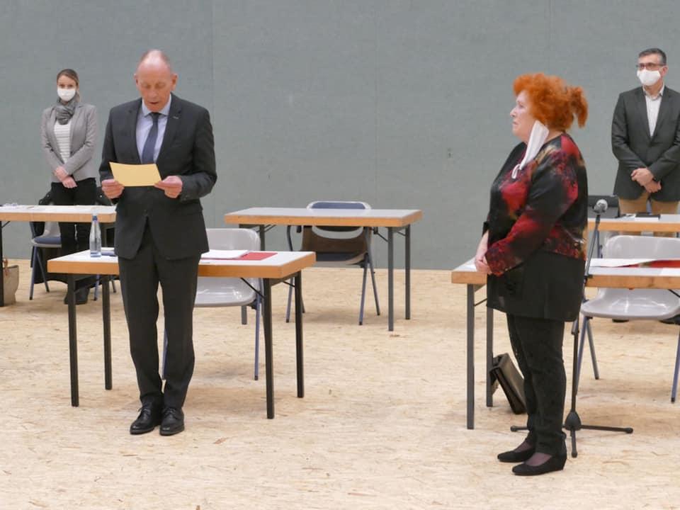 Irmgard Bobrzik (DKP, re.) bei der Vereidigung von Bernd Tischler (SPD, li.). Foto: Unsere Zeit