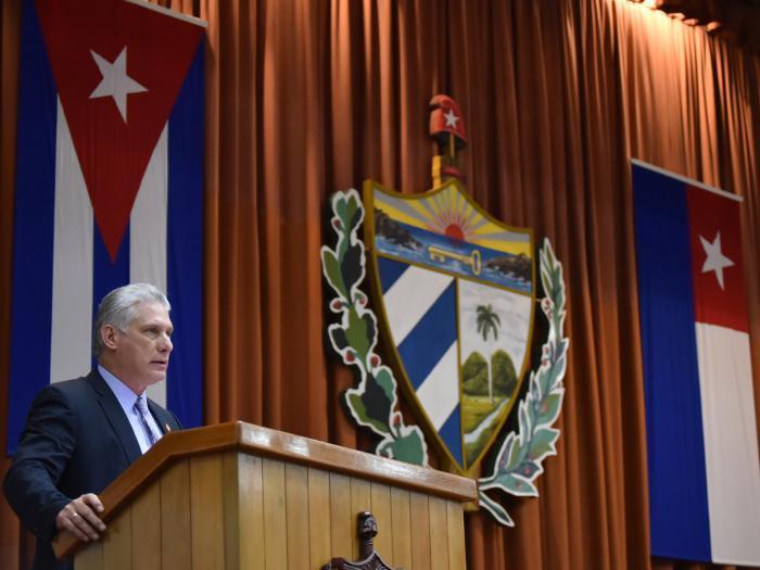 """Präsident Díaz-Canel prangerte an, die US-Regierung bestehe darauf, uns zu töten, während wir darauf bestünden zu leben und zu siegen. """"Cuba Viva hat seine eigenen Möglichkeiten überschritten."""" Foto: Estudios Revolución"""